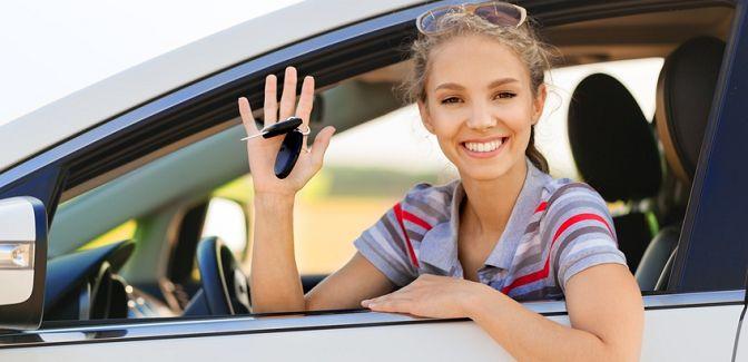 jeune conductrice au volant de sa nouvelle voiture